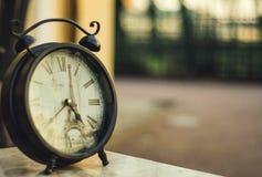 Reloj del vintage sobre París fotos de archivo