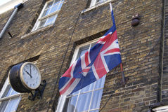 Reloj del vintage y decoración de la bandera de Union Jack Imagen de archivo