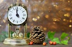 Reloj del vintage y decoración natural de la Navidad Fotografía de archivo libre de regalías