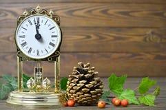 Reloj del vintage y decoración natural de la Navidad Fotos de archivo