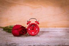 Reloj del vintage y rosa del rojo Fotografía de archivo libre de regalías