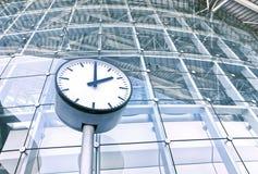 Reloj delante de un edificio de oficinas Imagen de archivo libre de regalías