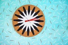 Reloj divertido en la pared azul Imagenes de archivo