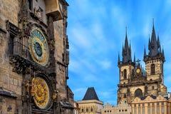 Reloj e iglesia astronómicos de nuestra señora antes de Tyn en Praga Imagen de archivo
