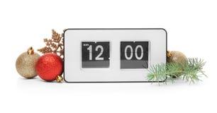 Reloj eléctrico y decoración en el fondo blanco cuenta de +EPS los días 'hasta la pizarra de la Navidad Imagenes de archivo