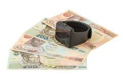 Reloj elegante en billetes de banco nigerianos Foto de archivo libre de regalías