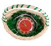 Reloj en cesta de la Navidad Fotografía de archivo