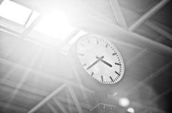 Reloj en el edificio de oficinas foto de archivo libre de regalías