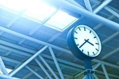 Reloj en el edificio de oficinas imagen de archivo libre de regalías