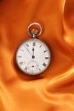 Reloj en el paño del oro Fotos de archivo libres de regalías