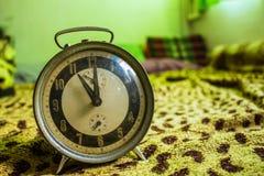 Reloj en el sofá Fotos de archivo