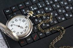 Reloj en el teclado Fotos de archivo libres de regalías