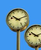 Reloj en embarcadero amarillo. Fotografía de archivo