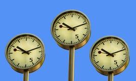 Reloj en embarcadero amarillo. Fotos de archivo