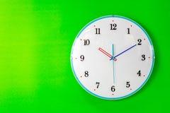 Reloj en fondo de la pared Foto de archivo libre de regalías