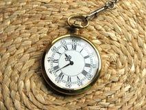Reloj en fondo de mimbre Fotografía de archivo
