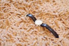 Reloj en la alfombra Fotografía de archivo libre de regalías