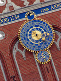 Reloj en la casa de espinillas Foto de archivo libre de regalías