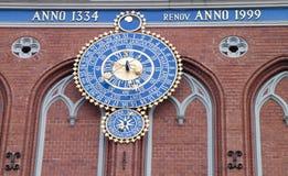 Reloj en la casa de la espinilla Fotos de archivo libres de regalías