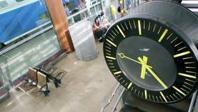 Reloj en la estación de tren metrajes