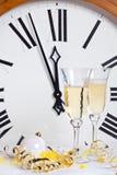 Reloj en la medianoche en Noche Vieja Imágenes de archivo libres de regalías