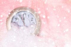 Reloj en la nieve Años Nuevos de fondo Foto de archivo libre de regalías