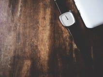 Reloj en la tabla de madera imagen de archivo libre de regalías