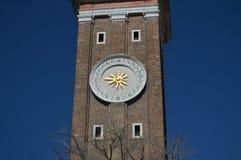 Reloj en la torre de la fachada de la iglesia del apóstol santo en Venecia Viaje, días de fiesta, arquitectura 28 de marzo de 201 fotos de archivo libres de regalías