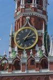 Reloj en la torre de Spassky en Plaza Roja Imagenes de archivo