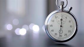 Reloj en un fondo borroso con el bokeh metrajes