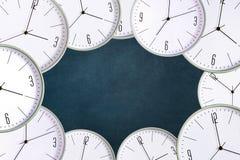 Reloj en un fondo oscuro Falta de tiempo del concepto exactitud retraso ilustración del vector