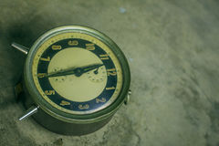 Reloj en un hormigón verde Fotografía de archivo