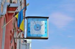 Reloj en una casa del ladrillo rojo Fotografía de archivo