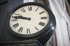 Reloj envejecido del ferrocarril con los números romanos Imágenes de archivo libres de regalías