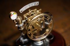 Reloj estilizado del metal del steampunk Reloj mecánico del concepto del vintage imagen de archivo