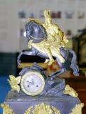 Reloj europeo del vintage con la estatua de la mitología griega Foto de archivo libre de regalías