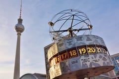Reloj europeo y torre de la TV, en Berlín, Alemania Fotografía de archivo