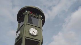 Reloj famoso en Potsdamer Platz en Berlín, Alemania con las nubes rápidas metrajes