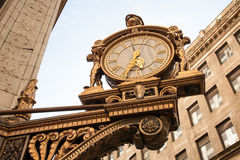Reloj fuera del edificio en Pittsburgh, PA Imágenes de archivo libres de regalías