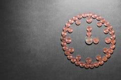 Reloj gemelo de la alarma con el dinero foto de archivo