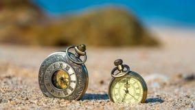 Reloj grabado vintage en la arena fotografía de archivo