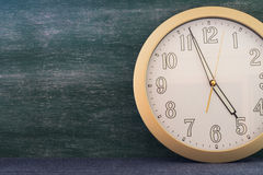 Reloj grande con el fondo de la pizarra Foto de archivo