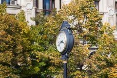 Reloj grande con las flechas en el bulevar Unirii en el capital de Rumania - Bucarest Imagen de archivo libre de regalías