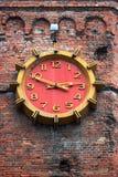 Reloj grande en la torre vieja del ladrillo rojo, Vinnitsa, Ucrania Fotografía de archivo
