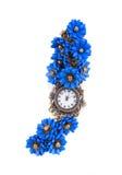 Reloj hecho a mano con las flores azules Foto de archivo libre de regalías