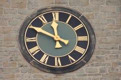 Reloj histórico del campanario de la iglesia Imagen de archivo