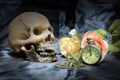 Reloj humano del cráneo y de bolsillo del vintage con el corazón y flor en el fondo, el amor y el tiempo negros, aún fotografía d Imágenes de archivo libres de regalías