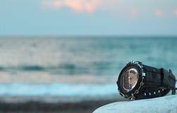 Reloj impermeable en piedra por el mar imagen de archivo libre de regalías
