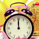 Reloj a las doce, globos, flámulas y confeti para nuevo YE Fotos de archivo libres de regalías