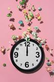 Reloj a las doce y palomitas Fotos de archivo libres de regalías